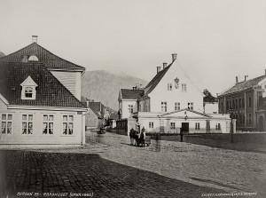 Det gamle rådhuset fotografert rundt 1865.<br />Fotograf: Knud Knudsen<br />Arkivet etter Formannskapet, Bergen Byarkiv