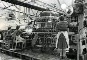 Produksjon av øl ved Hansa Bryggeri. Foto fra 1930-tallet. Arkivet etter Hansa Bryggerier, Lokalhistorisk Arkiv i Bergen.