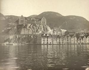 Rotthaugen etter utsprengningen, og byggingen av Nye Sandviksveien. Foto fra 1920-tallet. Fotograf: Ralph L. Wilson. Arkivet etter Vann- og kloakkvesenet, Bergen Byarkiv.