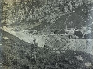 Damanlegget ved Storediket under bygging. Damanlegget sto ferdig i 1919. Foto datert 10. august 1918. Fotograf: Ukjent. Arkivet etter Vann- og kloakkvesenet, Bergen Byarkiv.