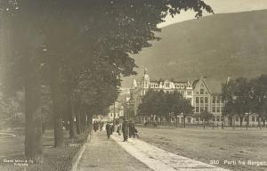 Metropol Hotel i Christies gate 6–8 på hjørnet mot Kaigaten. Hambros Skole til høyre. Fotograf: ukjent.<br />Arkivet etter Formannskapt, Bergen Byarkiv.