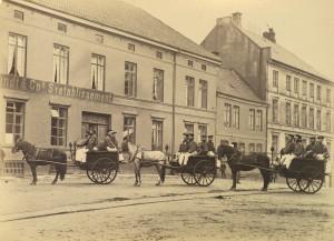 Brannkonstabler fra Bergen brannvesen med hestetrukne vogner. Fotografi fra 1889. Fotograf: Ukjent Arkivet etter Brannvesenet (1863-1971), Bergen Byarkiv.