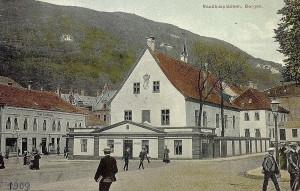 Rådstuplassen med Det gamle rådhus. Til venstre ser en Hotel Continental.  Kolorert postkort fra omkring 1909.