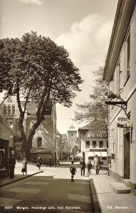 Løveapoteket, da det hadde adresse Holbergsallmenning 11, fotografert før 2 verdenskrig. Fotograf: Normann.<br />Arkivet etter Reguleringsvesenet, Bergen Byarkiv.