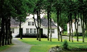 Alvøen hovedbygning fra 1797 med sin nåværende fasade fra 1835. Fotograf: Norvall Skreien.