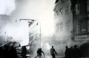 Bryggen brenner 4. juli 1955. Halvparten av gårdene brenner ned. Fotograf: Ukjent. Arkivet etter Formannskapet, Bergen Byarkiv.