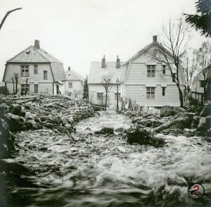 Flommen15. des. 1936 førte til store ødeleggelser i Sandviken. Fotograf: Ukjent.Arkivet etter Rådmannen for 2.avdeling, Bergen Byarkiv.