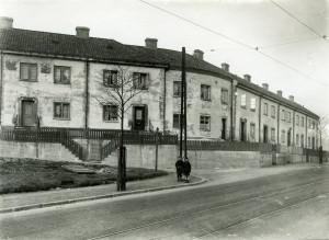 Inndalsveien ved nr. 94, der husrekken dreier mot Hjems vei. Fotografi fra rundt 1930. Fotograf: Ukjent. Arkivet etter Byarkitekten, Bergen Byarkiv.