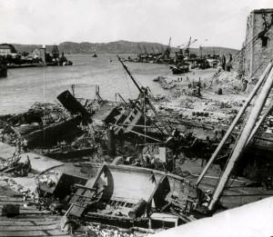 Kaien utenfor Rosenkrantztårnet etter eksplosjonsulykken 20.april 1944. Fotograf: Ukjent. Arkivet etter Havneingeniøren, Bergen Byarkiv.