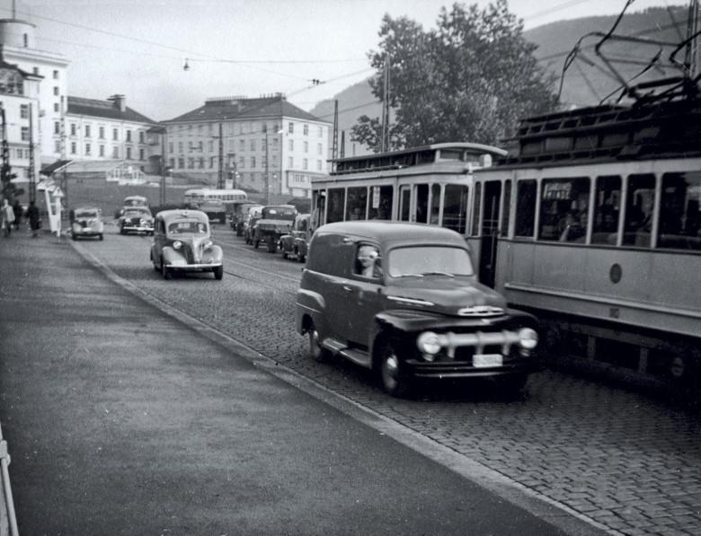 Trikken på ruten Engen–Minde krysser Gamle Nyårdsbro i 1953. Ruten ble lagt ned første januar 1965. Fotograf: Ukjent. Arkivet etter Reguleringsvesenet, Bergen Byarkiv.