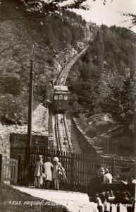 Fløibanen åpnet i 1918. Skinnegangen ble lagt i Sjurelvens gamle løp. Fotograf: Knud Knudsen. Arkivet etter Landsutstillingen i Bergen 1928, Bergen Byarkiv.
