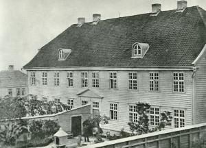 Mentalen ble oppført i perioden 1827–-33, som mentalsykehus. Institusjonen ble avløst 1891 av Neevengården sykehus. Fotograf: Ukjent. Arkivet etter Neevengården sykehus, Bergen Byarkiv.