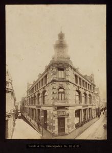 Sundts varehus i Strandgaten 59-61 ble innviet i 1889. Bygningen ble tegnet av arkitekt Wilhelm Hauers. Foto fra 1894. Fotograf: O. Svanøe. Arkivet etter Sundt & Co A/S, Bergen Byarkiv.
