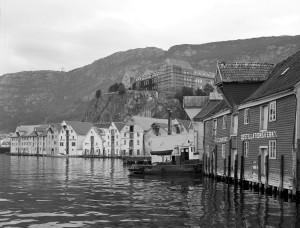 Sjøboder i Skuteviken. Fotografert rundt 1980. Fotoregistrering av Bergen, Bergen Byarkiv.