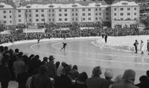 Det ble arrangert skøyteløp ved Kronsminde idrettsplass om vinteren. Fotograf: Ukjent. Arkivet etter Havneingeniøren, Bergen Byarkiv.