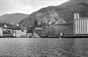 Vaksdal Mølle i Vaksdal fotografert på 1960-tallet, under en tur for ansatte hos Havneingeniøren i Bergen kommune.