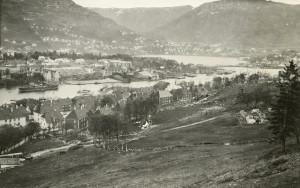 Utsikt mot Bergen og Puddefjorden fra Gyldenpris i 1931. Fotograf: Ukjent. Arkivet etter Havnekontoret/Havnefogden, Bergen Byarkiv.