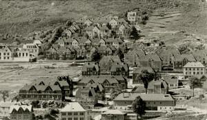 """Brakkeby på Gyldenpris, kalt """"Blodbyen"""" grunnet den blodrøde fargen boligene ble malt med. De fleste husene ble senere revet i forbindelse med utbygninger i området. Fotograf: Ukjent. Arkivet etter Reguleringsvesenet, Bergen Byarkiv."""