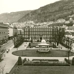 Bybrannen i 1855 ga rom til en park i Bergen sentrum. Byparken ble opparbeidet nord for Lille Lungegårdsvann i 1865. Fotograf: Ukjent. Arkivet etter Reguleringsvesenet, Bergen Byarkiv.