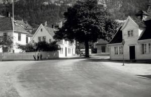 """Sandvikstorget med """"pratebomtreet"""" på 1930-tallet. Fotograf: Ukjent. Arkivet etter Reguleringsvesenet, Bergen Byarkiv."""
