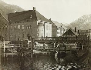 Broen over Lillestrømmen. Foto fra tidlig 1920-tall. Utfyllingen av strømmen har startet. Fotograf: Ukjent. Fra arkivet etter Stadsingeniøren, Bergen Byarkiv.