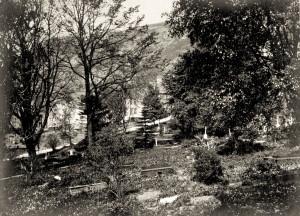 Fredens Bolig var tidligere gravplass, den ble senere omlagt til park. Fotograf: Ukjent Arkivet etter reguleringsvesenet, Bergen Byarkiv.