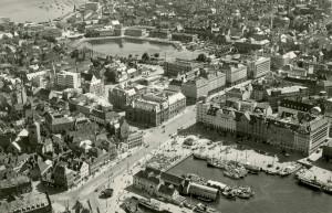 Flyfoto av Bergen sentrum, tatt rundt 1950, med Torget og Zachariasbryggen. Fotograf: Ukjent. Arkivet etter Reguleringsvesenet, Bergen Byarkiv.
