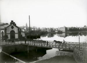 Strømgaten med svingbroen som forbandt Lille- og Store Lungegårdsvann før midten av 1920 tallet. Fotografi fra 1914. Fotograf: O. Ingstad. Arkivet etter Reguleringsvesenet, Bergen Byarkiv. </p><p> </p><p> </p><p>