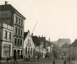 Baneveien mot krysset Jonsvollsgaten. Husene på venstre side av gaten er revet og erstattet med andre bygninger. I bakgrunnen til høyre ser en Dragefjellet skole. Udatert foto. Fotograf: ukjent. Arkivet etter Reguleringsvesenet, Bergen Byarkiv.