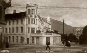 Postkort av Holdts Hotel fra 1909, sett fra øverst på Ole Bullsplass. Mittet & Co. Arkivet etter Byplansjefen, Bergen Byarkiv.