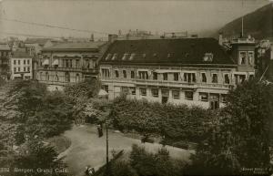 Grand Café første bygning som gikk med i den store brannen i 1916. Fotograf: Mittet.<br />Arkivet etter Reguleringsvesenet, Bergen Byarkiv.