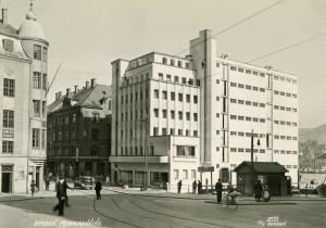 """I 1936 ble forretningsgården """"Blaauw-gården"""" oppført for Einar Blaauw A/S. Den funksjonalistiske bygningen ble tegnet av arkitekt Leif Grung."""
