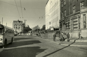 Slottsgaten med Havnekontoret, Hotel Clarion Collection, Slottsgaten 1 til høre. Udatert foto. Fotograf: Ukjent. Arkivet etter Reguleringsvesenet, Bergen Byarkiv.