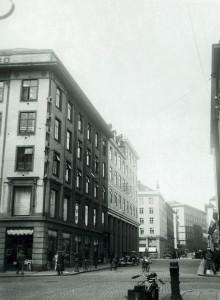 Rådhusgaten mot Tårnplass. Foto fra 1930-tallet. Fotograf: Ukjent. Arkivet etter Reguleringsvesenet, Bergen Byarkiv.