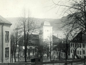 Nykirkeallmenning mot Nykirken. Udatert foto fra før eksplosjonsulykken i 1944. Fotograf: Ukjent. Arkivet etter Reguleringsvesenet, Bergen Byarkiv.