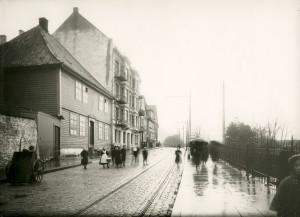 Øvregaten tidlig på 1900-tallet. Trikken til Sandvikstorget (Linje 1) gikk gjennom Øvregaten. Fotograf: Ukjent. Arkivet etter Reguleringsvesenet, Bergen Byarkiv.