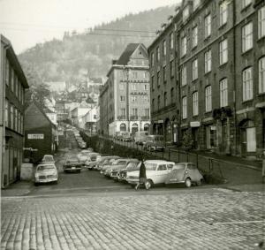 Nikolaikirkeallmenningen nede ved Bryggen. Foto fra 1950-tallet. Fotograf: Ukjent. Arkivet etter Reguleringsvesenet, Bergen Byarkiv.