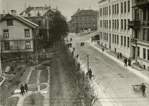 Fosswinckels gate ble oppkalt etter kjøpmann Johan Fredrik Fosswinckel (1712–99) i 1867. Fotografi fra 1914.<br />Fotograf: ukjent.<br />Arkivet etter Stadsingeniøren, Bergen Byarkiv.