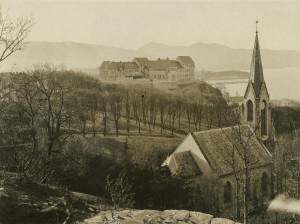 Sandvikskirken i 1917 med Rothaugen skole i bakgrunnen. Fotograf: Ralph L. Wilson. Arkivet etter Stadsingeniøren, Bergen Byarkiv.