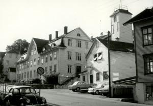 Kveldsol aldershjem, Håstens gate 5, til høyre Laksevåg brannstasjon.<br /> Fotograf: Ukjent. Arkivet etter Stadsingeniøren, Bergen Byarkiv.