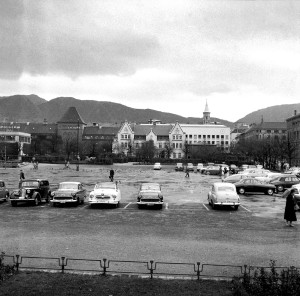 Den første jernbanestasjonen i Bergen lå ved Festplassen, den ble revet i 1976 for å gi plass Stenersens Samling og Bergen Billedgalleri. Fotograf: Ukjent. Arkivet etter Reguleringsvesenet, Bergen Byarkiv.