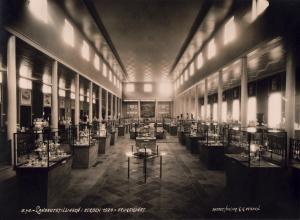 Fra brukskunstavdelingen ved Landsutstillingen 1928. Fotograf: Atelier K. K. Bergen. Arkivet etter Landsutstillingen i Bergen 1928, Bergen Byarkiv.