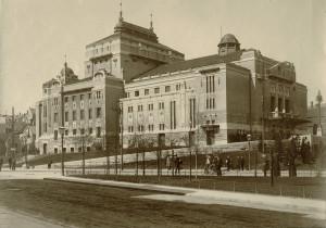 Den Nationale Scene med nyanlagt park rundt 1910.<br />Arkivet etter arkitekt Einar Oscar Schou, Bergen Byarkiv.
