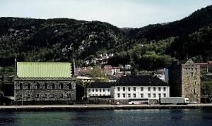 Bergenhus fotografert fra den andre siden av Vågen. Bergenhus har gitt navn til bydelen Bergenhus. Fotograf: Norvall Skreien