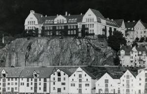 Rothaugen skole, åpnet i 1912, den ble tegnet av arkitekt Kaspar Hassel. Fotograf: Ukjent. Arkivet etter Kommunalavdeling fritid, kultur og kirke, Bergen Byarkiv.