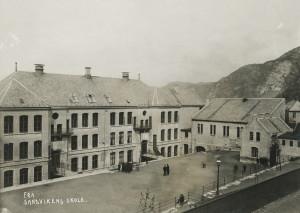 Sandviken skole ble tegnet av arkitekt Adolf Fisher. Skolen ble tatt i bruk i 1898, og utvidet i 1906. Sandviken skole ble nedlagt og revet i 1988. Fotograf: Ukjent. Arkivet etter Sandviken skole, Bergen Byarkiv.