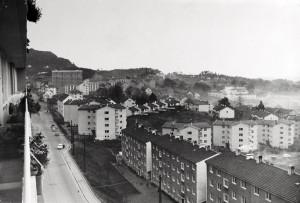 """Natlandsveien med bl.a. """"stjernehus"""" bygd av Vestlandske boligbyggelag i årene 1955-61. Fotograf: Ukjent. Arkivet etter Reguleringsvesenet, Bergen Byarkiv."""