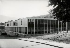 Damsgård skole sto ferdig i 1966. Bygget ble tegnet av arkitektene Jakob Myklebust og Bjørn Simonnæs. Fotograf: Øyvind H. Berger.<br />Fotoregistrering av Bergen, Bergen Byarkiv.