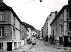 Bakkegaten fotografert fra Nye Sandviksvei i 1980. Til høyre ser en Frelsesarmeens rusomsorg i Bakkegaten 7.<br />