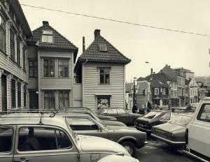 Nøstegaten rundt 1980. Fotograf: Øyvind H. Berger. Fotoregistrering av Bergen, Bergen Byarkiv. Øyvind H. Berger